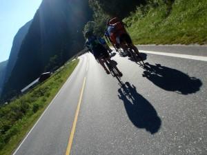 klunga med 160 cyklister på väg mot Europas längsra tunnel.